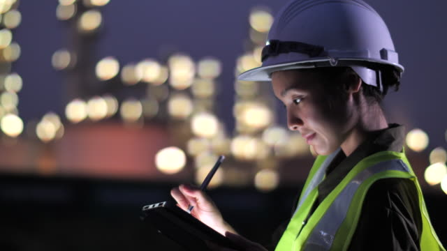 engineer mit tablet bei industrie - safety stock-videos und b-roll-filmmaterial