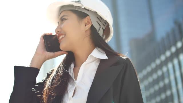 vidéos et rushes de femme ingénieur parler téléphone - ingénieur