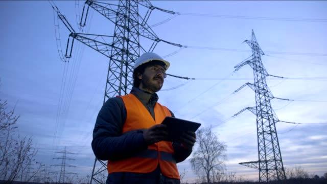 vídeos de stock, filmes e b-roll de trabalho de engenheiro no projeto com tablet - eficiência energética