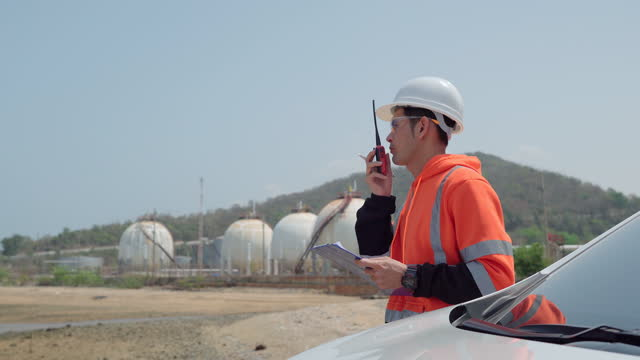 vidéos et rushes de ingénieur travail à l'extérieur dans une usine industrielle. - buée