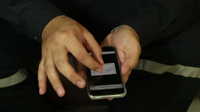 Ingenieur arbeiten mit seinem Mobiltelefon