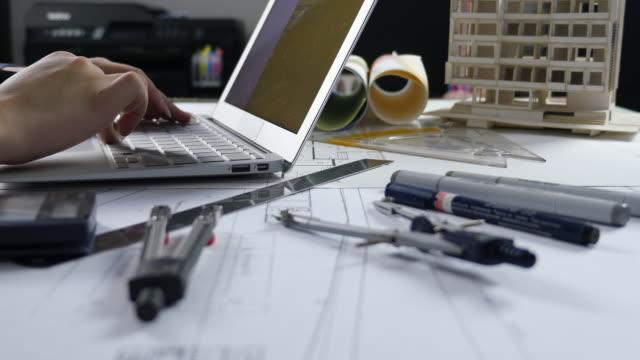 Ingenieur Bau mit Laptop