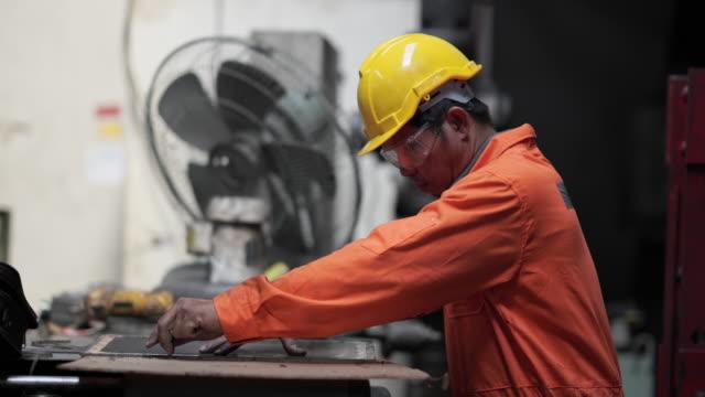vidéos et rushes de ingénieur travaillant en usine - manufacturing occupation