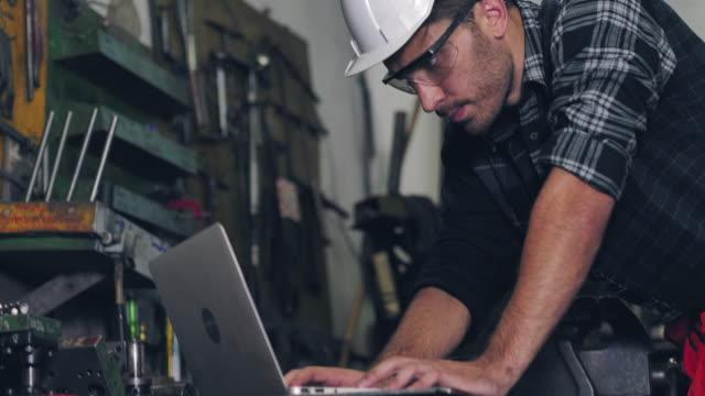 ingenieur arbeitet am laptop - negative emotion stock-videos und b-roll-filmmaterial