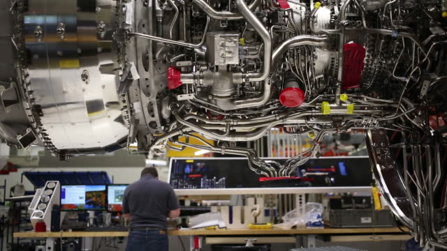 vídeos de stock e filmes b-roll de engineer working on leap jet engine at ge aviation assembly plant, lafayette, indiana, u.s., on friday, july 19, 2019. - general electric