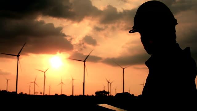 vídeos de stock e filmes b-roll de engineer working wind turbines sunset - turbina