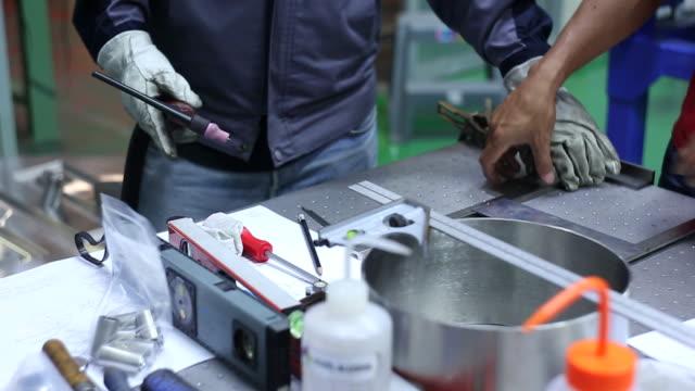 ingenieur mit einem bau-laser-wasserwaage - platzieren stock-videos und b-roll-filmmaterial