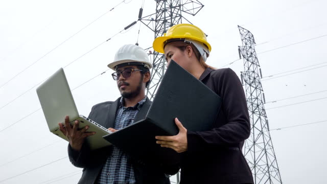 HD CRANE : Engineering and team discussion under electric tower