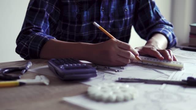 vídeos de stock e filmes b-roll de engineering designer draws cad of gear for 3d printing - modelo objeto