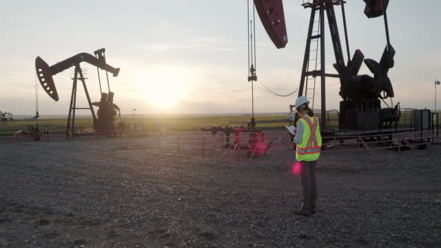 teknisk kvinnlig samordnare som övervakar petroleuminstallation - mellan 30 och 40 bildbanksvideor och videomaterial från bakom kulisserna