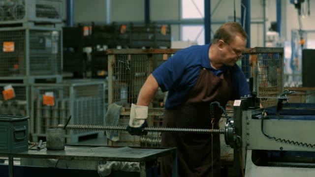 engineering in a modern german machine factory - ワーキングシニア点の映像素材/bロール