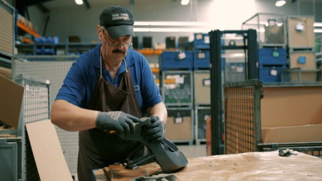 vidéos et rushes de engineering in a modern german machine factory - casquette de baseball
