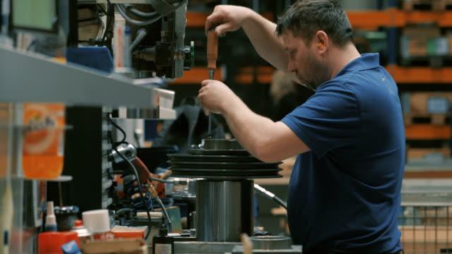 engineering in a modern german machine factory - fließbandarbeiter stock-videos und b-roll-filmmaterial