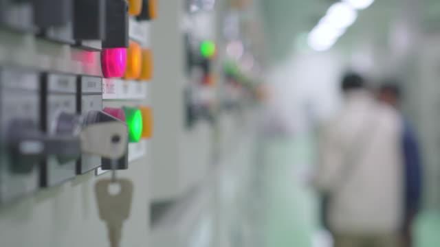 vídeos y material grabado en eventos de stock de los ingenieros operan en un sistema eléctrico regulado - central nuclear