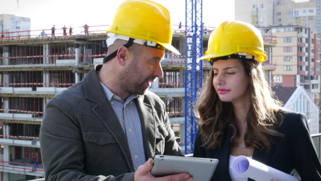 vídeos y material grabado en eventos de stock de ingenieros discutiendo un proyecto de - coordinación