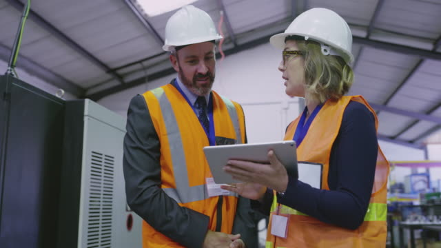 vídeos de stock e filmes b-roll de engineers have a make it work mindset - inspetor profissão