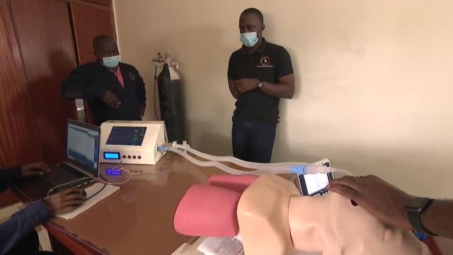 vídeos de stock e filmes b-roll de engineers in uganda company, kiira motors, testing ventilator, that they plann to manufacture during coronavirus pandemic - equipamento respiratório