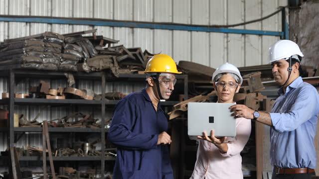 工場でラップトップを使用しながら計画し、議論するエンジニア - 土木技師点の映像素材/bロール