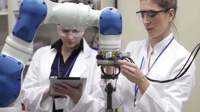 vidéos et rushes de ingénieurs tests bras robotisé - ingénierie