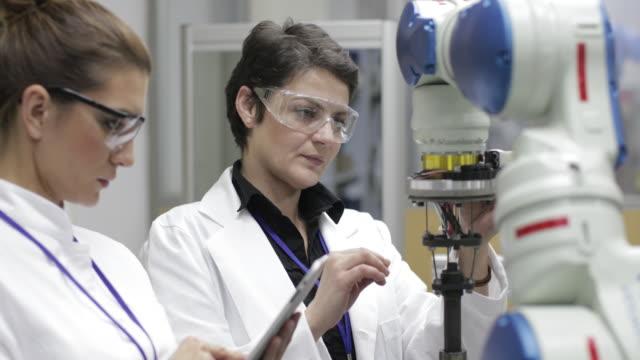 ingenieure testen roboterarm - maschinenbau stock-videos und b-roll-filmmaterial