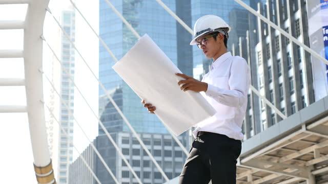 建設エンジニアとして働く携帯電話の塔のタブレットを使用してエンジニア - コントロール点の映像素材/bロール