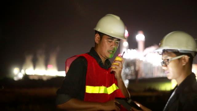 Ingenieure arbeiten im Kraftwerk mit smartphone
