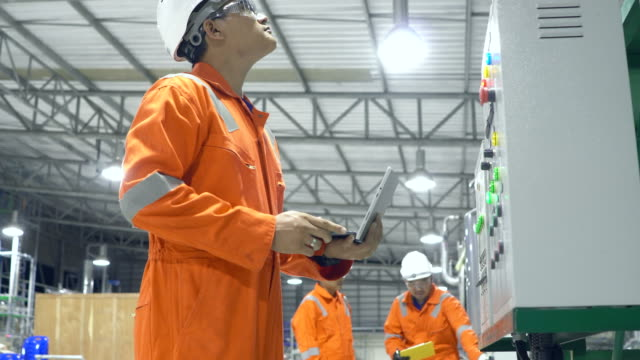 engineers working in industrial factory - industria petrolifera video stock e b–roll