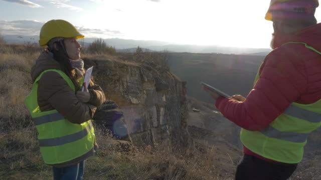 vídeos y material grabado en eventos de stock de ingenieros trabajando en una cantera de piedra. - mina