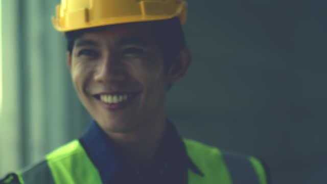 vídeos de stock, filmes e b-roll de engenheiros trabalhando no canteiro de obras / alegre , humor de confiança - respeito