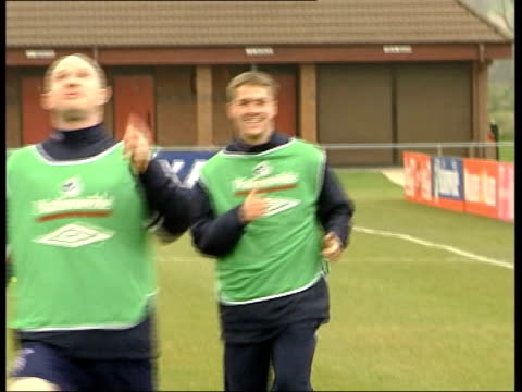 england and scotland match previews england leeds svengoran eriksson speaking to england players on training pitch pull out as players along gv... - 2002 bildbanksvideor och videomaterial från bakom kulisserna