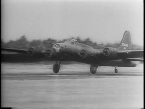 England / Boeing B17 Flying Fortress bomber / Commander of the US 8th Army Air Corps in Britain Major General Ira C Baker and Commanding General of...