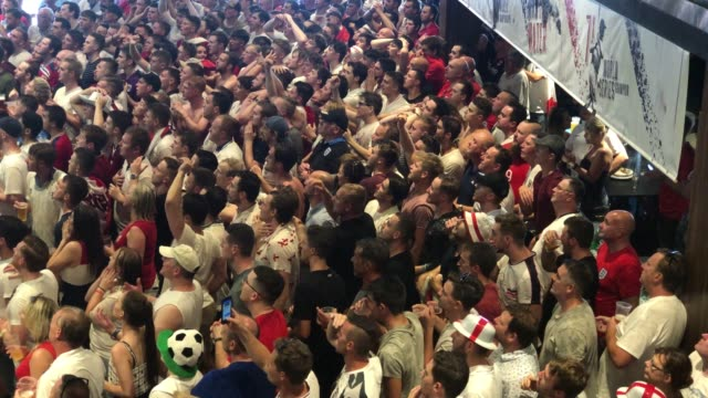 vídeos de stock, filmes e b-roll de england fans celebrate at as england win 20 against sweden as they watch the world cup quarter finals at ashton gate world cup fans village at the... - bristol inglaterra