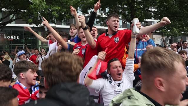 vídeos y material grabado en eventos de stock de england fans gather and chant pre match during the uefa euro 2020 championship semi-final match between england and denmark at wembley stadium on... - inglaterra