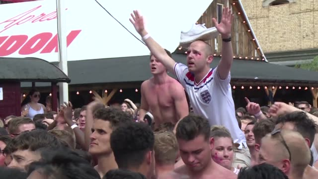 england fans in london react as their team beats sweden in the world cup 2018 quarter final securing their place in the semi finals - londra e hinterland video stock e b–roll