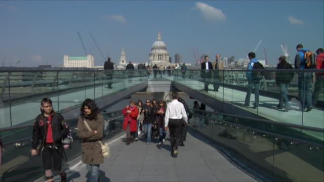 vídeos de stock, filmes e b-roll de ws, zi, ms, england, london, people walking on millennium bridge towards st. paul's cathedral, ha - 17th century style