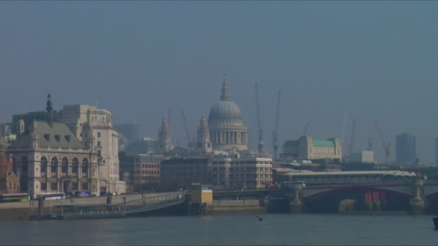 vídeos de stock, filmes e b-roll de zo, ws, england, london skyline with st. paul's cathedral and river thames in foreground - 17th century style