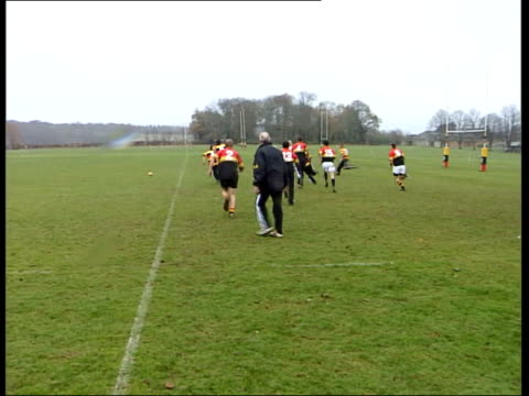 stockvideo's en b-roll-footage met england team checks hotel for bugs itn hampshire lord wandsworth college rugby team practice in progress as player throws ball into lineout rugby... - hampshire engeland