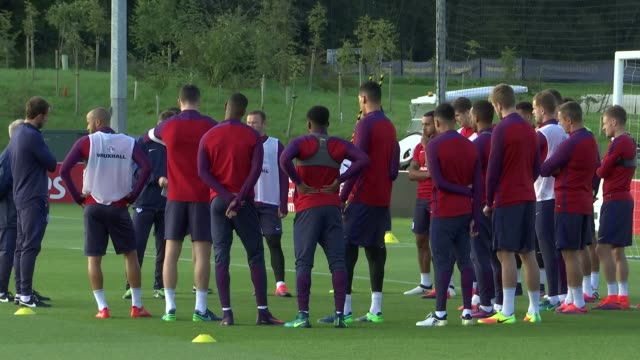 Staffordshire BurtononTrent EXT Gareth Southgate with other coaching staff on pitch / Joe Hart Wayne Rooney and rest of England team along for...