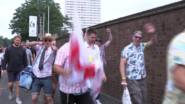 vidéos et rushes de 1st ashes test australia fight back after shaky start england birmingham edgbaston ext volunteer using small megaphone to guide crowds arriving for... - shaky