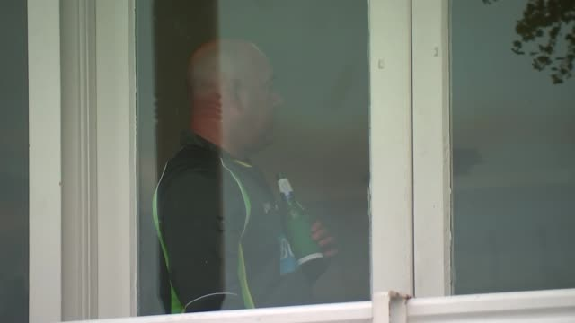 4th ashes test day 1 int stuart broad press conference sot darren lehmann seen through window michael clarke press conference sot ext reporter to... - test cricket stock videos & royalty-free footage