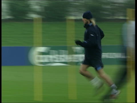 police preparations; itv evening news: u'lay england: nr st albans: ext sven goran eriksson along on training pitch david beckham running along... - itv evening news stock-videos und b-roll-filmmaterial