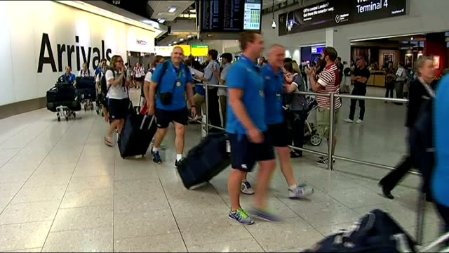 stockvideo's en b-roll-footage met england win women's rugby world cup: players return home; england: london: heathrow airport: int england rugby union team and support staff along... - atlete