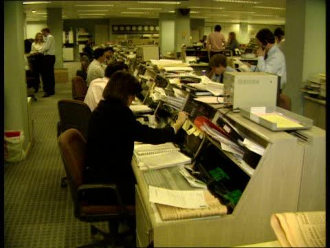 london: midland montagu int 04:05 gv's dealing room: dealers at work, on the telephone, vdu screens: - früherer stock-videos und b-roll-filmmaterial