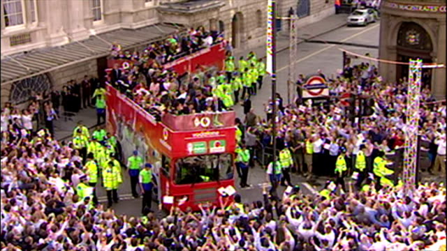 england's ashes winning players celebrate their victory with fans. shows exterior shots england men's & women's teams set off on their victory bus... - england stock videos & royalty-free footage