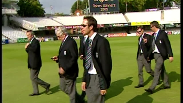 england's ashes winning players celebrate their victory with fans. shows exterior shots michael vaughan & the england cricket team walk across the... - ashes test stock videos & royalty-free footage