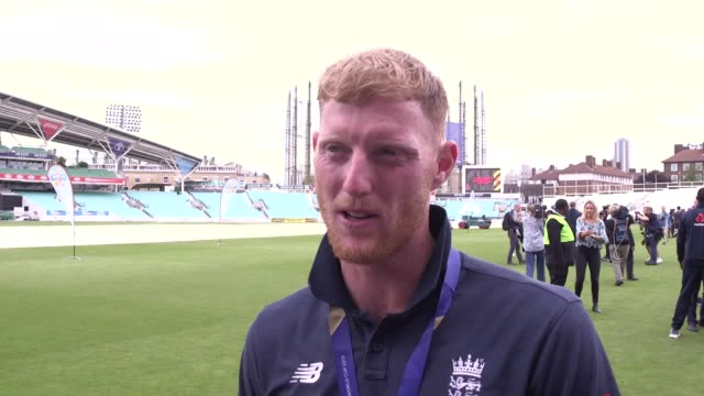 vídeos de stock, filmes e b-roll de england's man of the match ben stokes and the ecb's ashley giles and tom harrison speak at the oval in london as celebrations continue following... - campeonato esportivo
