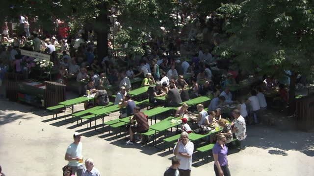englischer garten, biergarten, benches, tables, people, trees, from above - ミュンヘン エングリッシャーガルテン点の映像素材/bロール