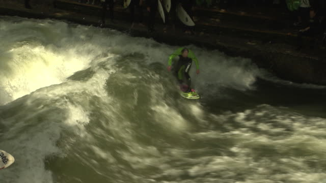 englischer garten - eisbach, surfe in water, water, trees - ミュンヘン エングリッシャーガルテン点の映像素材/bロール