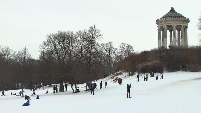 englischer garten - monopterus,  many people, snow - ミュンヘン エングリッシャーガルテン点の映像素材/bロール