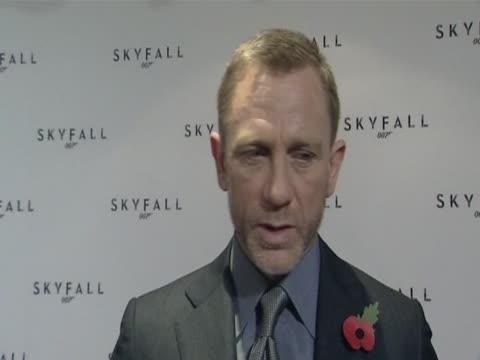 vídeos de stock, filmes e b-roll de english actor daniel craig on the film skyfall the latest 007 adventure which will be released in 2012 to mark the 50th anniversary of the first bond... - daniel craig ator